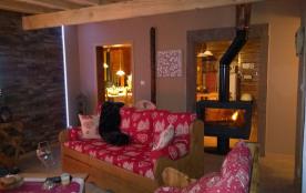 Salon  vu sur cuisine et salle à manger cheminée double face, entrée hammam