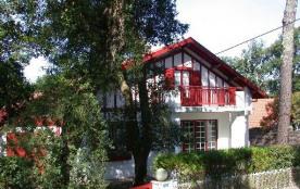 Villa années 1934 (rénovée) sur terrain clos et arboré, entre lac et océan, située à environ 400 ...