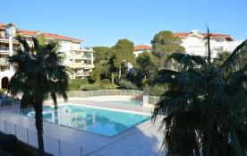 Les Plus de cette location en bord de mer : une grande terrasse et deux petites, une belle piscin...