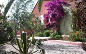 6 personnes maximum. Villa mitoyenne rénovée. Location classée meublé de tourisme trois étoiles.