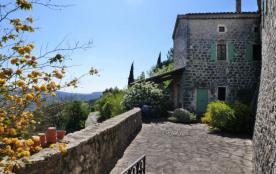 A 5 km de Vallon Pont d'Arc, dans un superbe petit village perché dans une boucle de l'Ardèche, v...