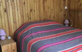 chambre a coucher, lit double standard attenante à la salle de bain