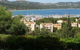 Dans un quartier calme proche du centre-ville et des calanques, villa avec vue sur la mer excepti...
