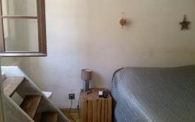 Chambre 2 avec lit double, placard et accès à la terrasse côté Calanques