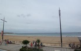 RARE : face à la plage et à 2 pas des commerces