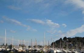 Directement sur la Promenade de la Mer avec une vue mer panoramique sur toute la baie de Cavalair...