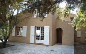 Maison individuelle typiquement provençale, au cœur de la Provence verte, entourée d'oliviers et ...
