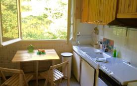 La cuisine face à la colline boisée