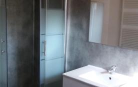 La salle de bain avec douche