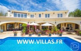 Superbe et grande villa profitant de sa piscine privée et située à Calpe dans une zone résidentie...