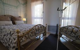 La chambre avec son lit 140x200, donnant sur le parc.