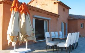 Terrasse avec parasols et table 8/10 personnes