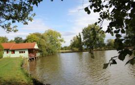 Chalet sur pilotis situé en bordure d'un étang de 3 ha, isolé en pleine nature, accessible par ch...