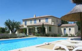 Superbe villa typiquement provençale située sur une propriété privée de 3000 m2, entourée d'olivi...