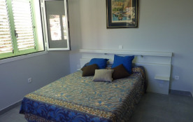 la chambre bleue avec vue sur la montagne par deux fenêtres
