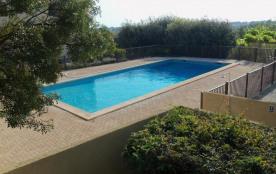 À 800 m/1 km des plages et du centre village, dans une résidence avec piscine et place de parking...