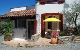 Ainhice Mongelos, charmant village du Pays Basque se situe à 60 km de Biarritz et de la côte basque. Profitez du calm...