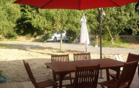 Grande terrasse avec salon de jardin et relaxs.