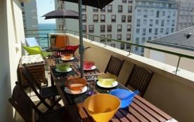 Avec une belle terrasse avec petite vue sur mer