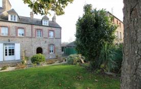 Clé vacances avec un agréable jardin avec 2 imposants magnolias fait face à cette demeure de cara...