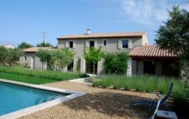 Mas de Flamme est une ravissante maison de vacances, entourée de 55 oliviers et à 10 minutes à pied du village très c...