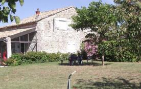 Gîtes de France - Gîte en pierre mitoyen à la maison du propriétaire, terrain commun.