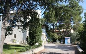 Dotti est une ravissante villa avec piscine privée, située à 800 m du centre ville de Chateaurena...