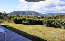 Cette belle petite villa entièrement climatisée et en mitoyenneté est située dans une résidence d...