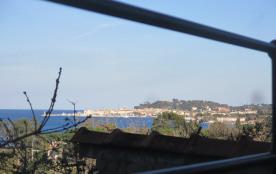 A 2km500 de Saint-Tropez, l'étage d'une petite maison avec vue sur mer et le légendaire village