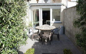 Studio très bien soigné avec jardin et terrasse.