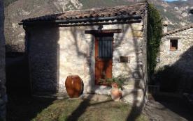 Studio Douillet, indépendant avec jardin, un parking et la wifi. Situé à 2 km de la cité médiévale.