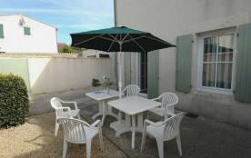 Petite location dans résidence, en rez-de-jardin, de plain-pied, construction classique en dur.