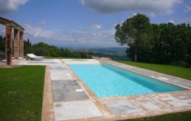 Villa Buonsignori est une extraordinaire tour médiévale transformée en une magnifique maison de c...