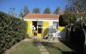 Petite maison individuelle mitoyenne dans résidence de vacances avec jardinet clôturé