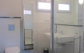 """""""Matisse"""" Salle de bain lumineux acec grand lavabo, douche,WC et armoire à gl..."""