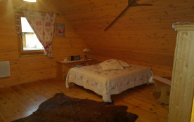 Mezzanine: lit pour 2 personnes + lit bébé + armoire et déco