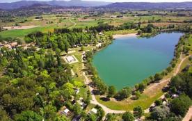 Un camping 4 étoiles proche d'un plan d'eau aménagé, dans le parc naturel du Luberon !