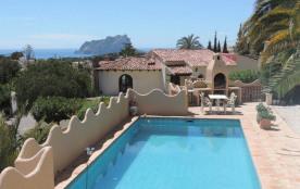 Villa avec piscine privée, belle vue mer et vue sur le Peñon de Ifach située dans un quartier résidentiel tranquille ...
