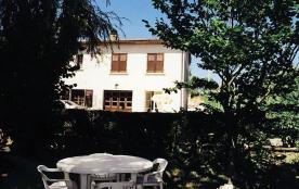 A 1 km du centre de Vallon Pont d'Arc, gîte aménagé avec goût, cour et jardin arboré non clos.