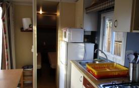 la salle à vivre et le coin cuisine
