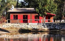 Belle maison bois d'environ 100 m² située en forêt au bord d'un étang.