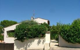 Le Mas du « Carpe Diem » est une maison de vacances spacieuse orientée vers le sud, avec vue exce...