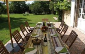 Déjeuner l'été à l'ombre sur la terrasse
