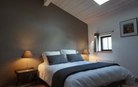 Chambre 1 de + 20m2 à l'étage : lit en 160x200 cm, TV HD, coin bureau, pender...