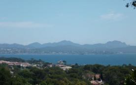 À Saint-Aygulf, au calme d'une impasse sans être éloigné de la mer (qui est à 600 m), belle villa...