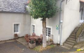 Gîtes de France situé au cœur du petit village des Sagnes, entre sucs et lacs, à 9 km de la sourc...