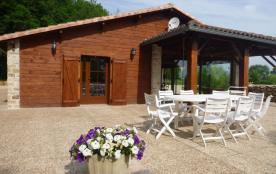 Très jolie maison en bois, indépendante de 155 m², de plain-pied, située sur une propriété except...
