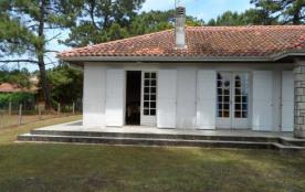 Villa indépendante de plain-pied, construction 1970 comportant 2 appartements jumelés.