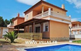 Belle et confortable villa jumellée avec piscine privée pouvant accueillir 6 personnes.