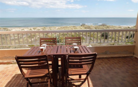 Location vacances : studio mezzanine 4 couchages à 2 pas de la plage et vue mer composé d'un séjo...